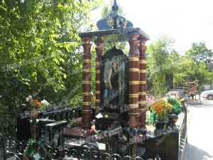 Мемориальный комплекс № 5 Элитный точеный мемориальный комплекс из гранита с колоннами с покраской, оградой с балясинами. Установлен в Николаеве летом 2011 года.