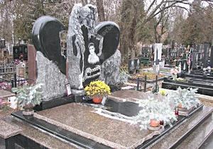 Фото гранитного памятника на кладбище